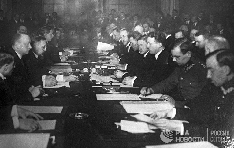 Подписание мирного договора между РСФСР и Польской республикой 18 марта 1921 года в Риге.