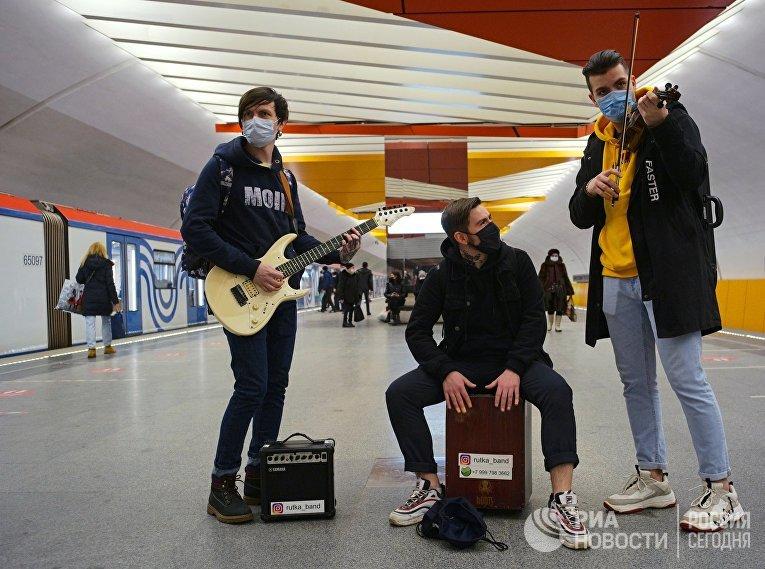 Музыканты настанции метро «Лермонтовский проспект» вМоскве