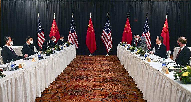 Участники переговоров между Китаем и США в городе Анкоридж, штат Аляска