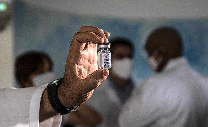 Кубинская вакцина Soberana 02 во время демонстрации в Гаване