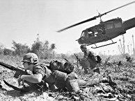 Американские солдаты во время битвы в долине Йа-Дранг, Вьетнам. 1965 год