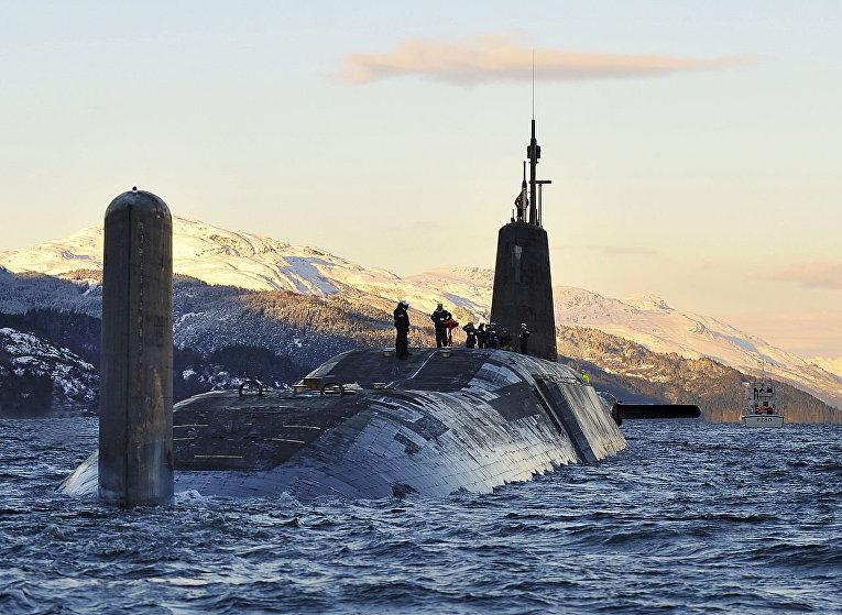 Атомная подводная лодка HMS Vanguard у военно-морской базы Клайд, Шотландия