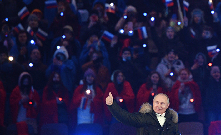 Президент РФ Владимир Путин на концерте в Лужниках