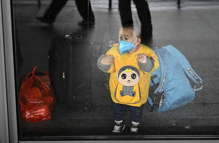 Ребенок в метро Шанхая