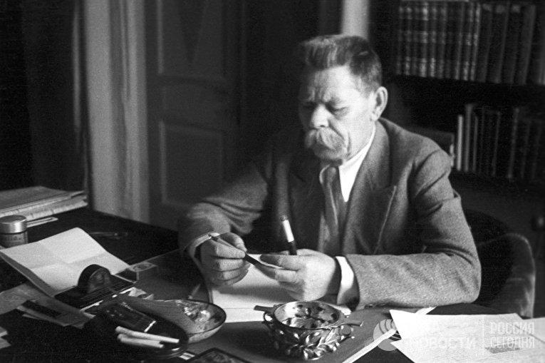 Максим Горький на своей даче в Горках. Июль 1935