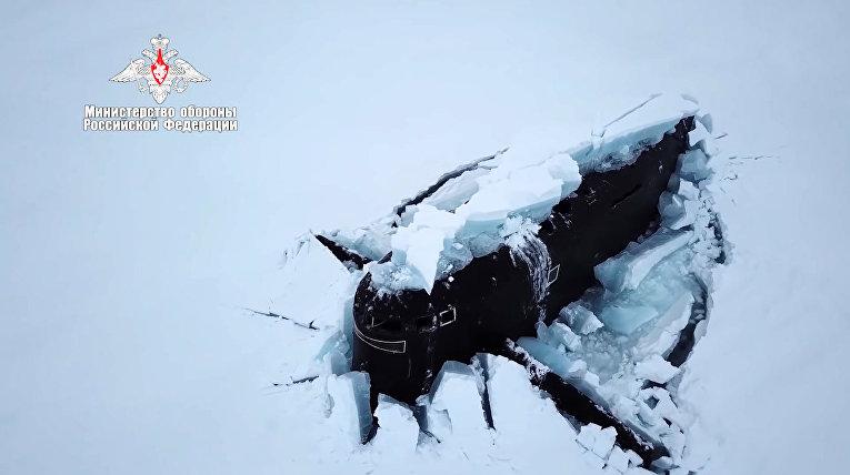 Три атомные подлодки ВМФ России впервые одновременно пробили лёд в Арктике