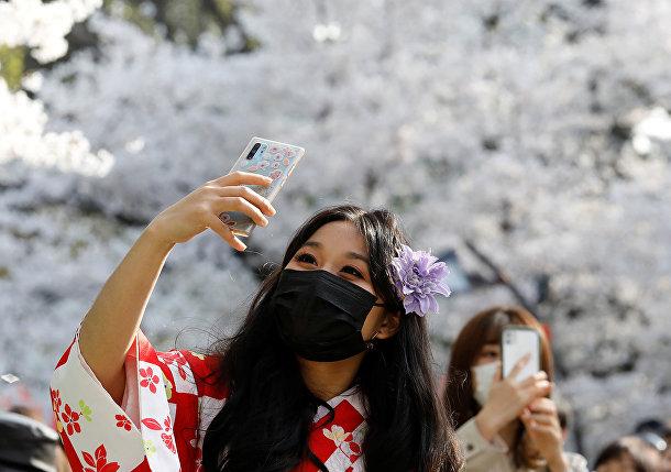 Селфи среди цветущих вишен в парке Уэно в Токио