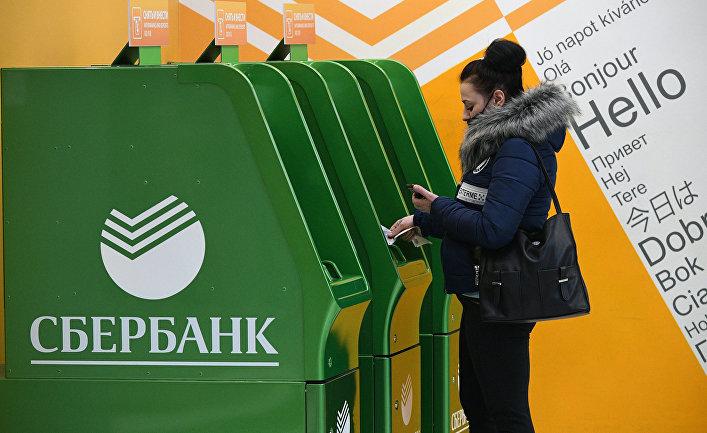 Женщина возле банкомата «Сбербанка» вмеждународном аэропорту Шереметьево