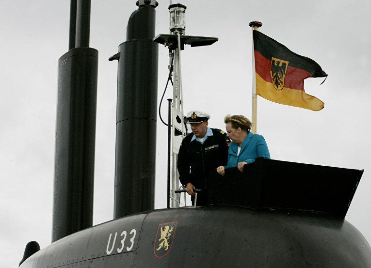 Ангела Меркель во время визита на борт подводной лодки ВМС Германии