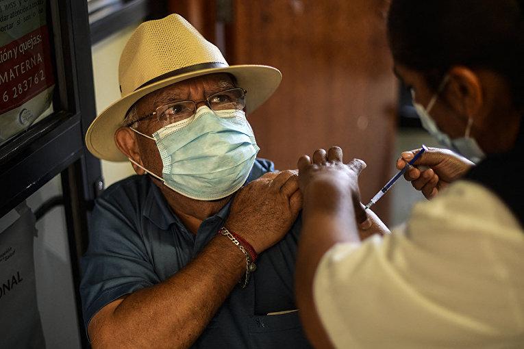 Вакцинация вакциной Pfizer против COVID-19 в Тескакоаке, Мексика