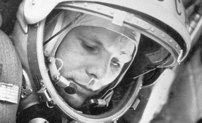 """Космонавт Юрий Гагарин в кабине космического корабля """"Восток-1"""" перед стартом."""