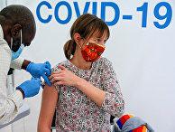 Вакцинация от коронавируса вакцной в городе Ньюмаркет, Великобритания