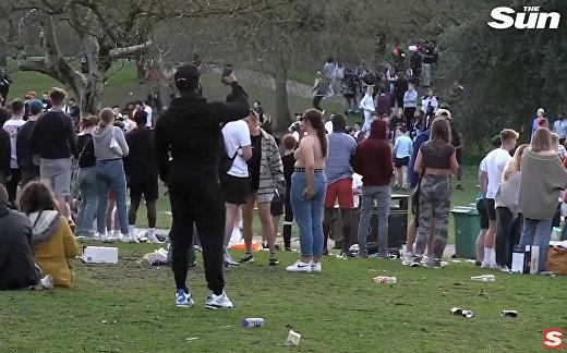 Сотни пьяных студентов устроили драку в парке в первый день снятия коронавирусных ограничений в Лондоне