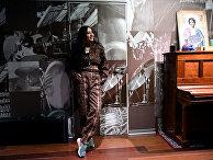 Певица Манижа во время репетиции в студии в Москве