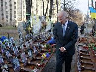 Вице-президент США Джо Байден осматривает мемориал погибшим