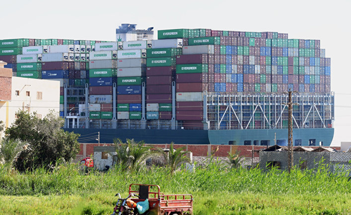 Заблокировавший Суэцкий канал контейнеровоз сняли с мели