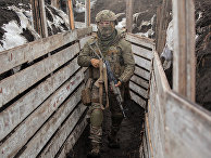 Украинский военный на линии разграничения между ДНР и Украиной