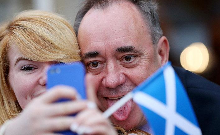 Бывший лидер Шотландской национальной партии Алекс Салмонд фотографируется со сторонницей накануне референдума о независимости Шотландии