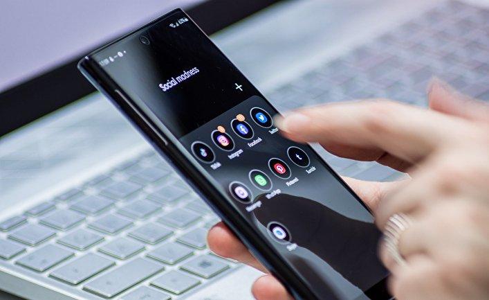 Смартфон в руках пользователя