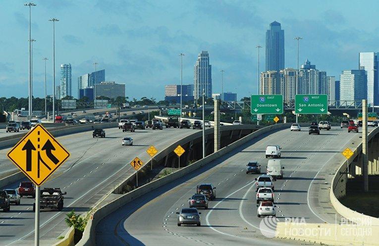 Машины на дорожной развязке на окраине Хьюстона, штат Техас