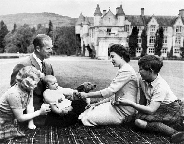 Королева Великобритании Елизавета II, принц Филипп и их дети принц Чарльз, принцесса Анна, принц Эндрю