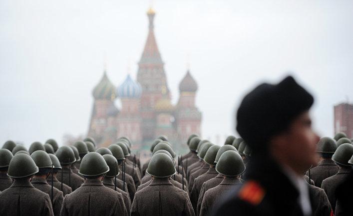 Военнослужащие, одетые в военную форму 1941 года, на Красной площади