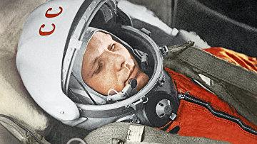 """Юрий Гагарин в кабине космического корабля """"Восток"""""""