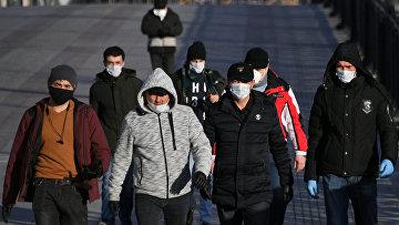 Пешеходы идут по Патриаршему мосту в Москве