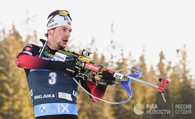 Стурла Холм Лэгрейд (Норвегия) на огневом рубеже масс-старта среди мужчин на чемпионате мира по биатлону 2021 в словенской Поклюке