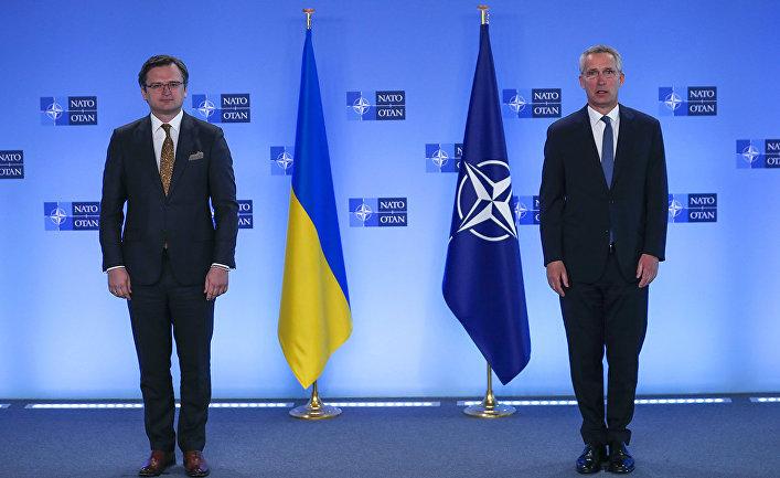 Генеральный секретарь НАТО Йенс Столтенберг и министр иностранных дел Украины Дмитрий Кулеба в штаб-квартире НАТО в Брюсселе