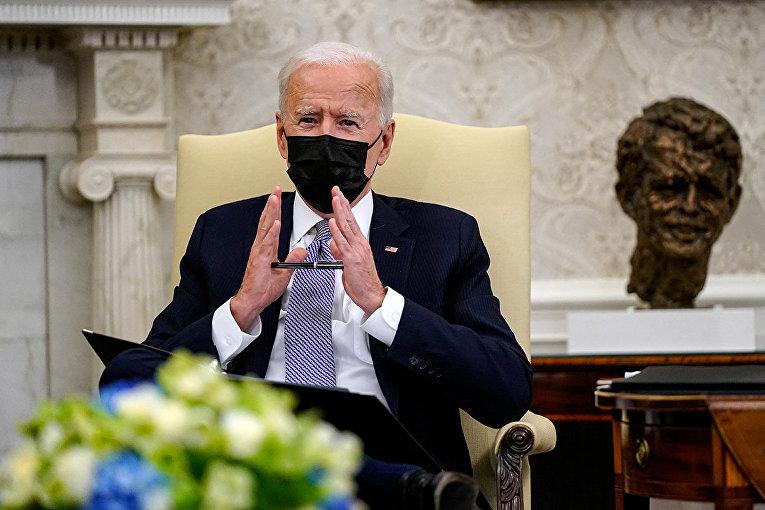 Президент США Джо Байден во время совещания в Овальном кабинете