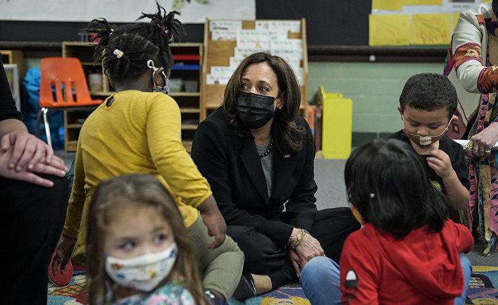 Вице-президент США Камала Харрис посещает учеников в школе Уэст-Хейвене, штат Коннектикук