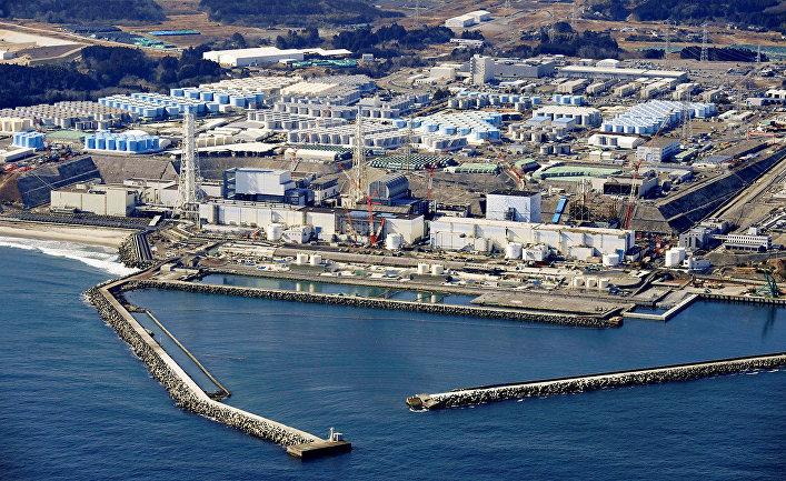 """Резервуары для хранения очищенной воды на разрушенной цунами атомной электростанции """"Фукусима"""""""