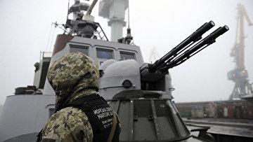 Украинский солдат на борту военного катера в порту Мариуполя