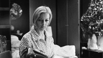 """Актриса Барбара Брыльска во время съемок художественного фильма """"Ирония судьбы, или с легким паром""""."""