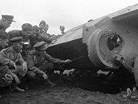 Июль 1943 года. Артиллеристы изучают новую технику противника, подбитую ими на поле боя на Курской дуге.