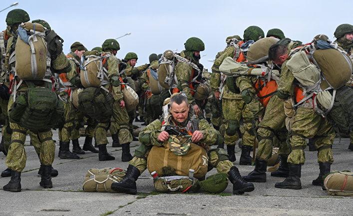 Российские десантники перед посадкой на борт самолетов Ил-76 в ходе учений на юге России