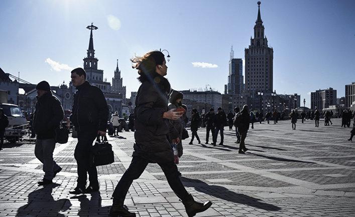 Прохожие на Комсомольской площади, Москва