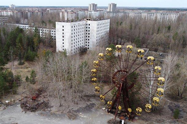 Вид на заброшенную Припять рядом с Чернобыльской АЭС