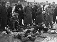 Операция «Борнхольмский десант» 9мая 1945года. Начальник штаба Кольбергской военно-морской базы, капитан 2-го ранга Дмитрий Шавцов (третий справа) сжителями острова, накотором войска Красной Армии находились домая 1946 года