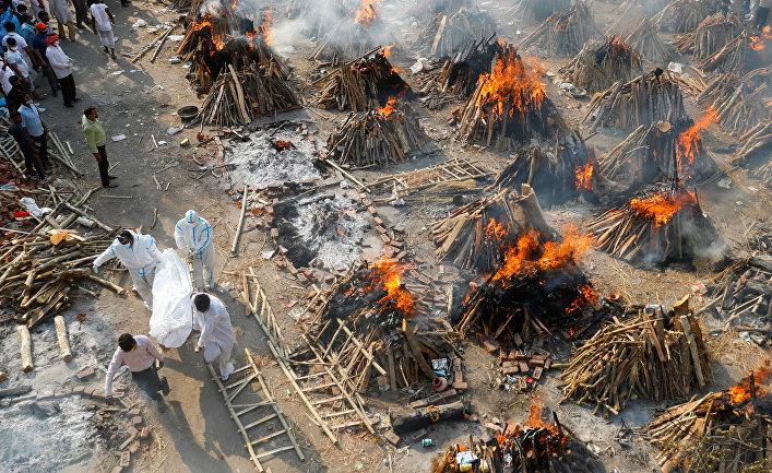 Массовая кремация скончавшихся от коронавируса в Нью-Дели