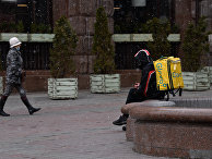 Курьер на улице Крещатик в Киеве