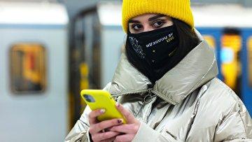 Девушка на станции Московского метрополитена