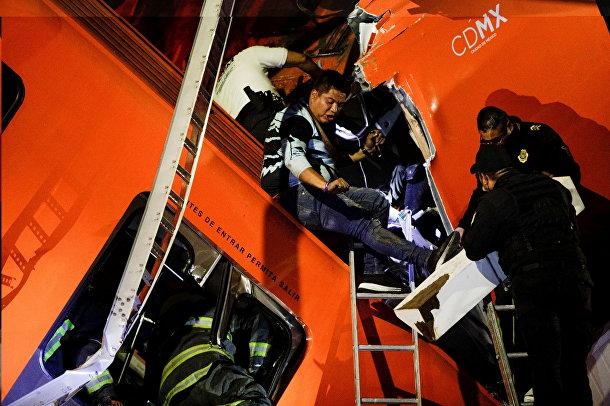 Спасательные работы на месте обрушения метромоста в Мехико, Мексика