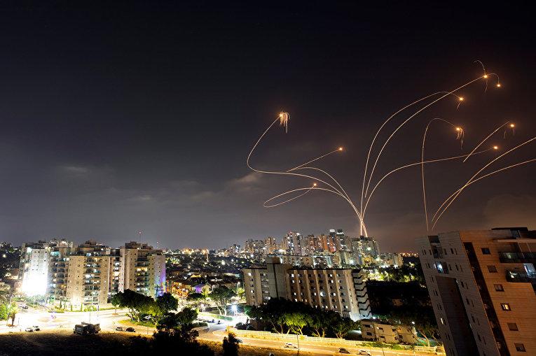 """Израильская противоракетная система """"Железный купол"""" перехватывает ракеты, запущенные из сектора Газа в Ашкелоне"""
