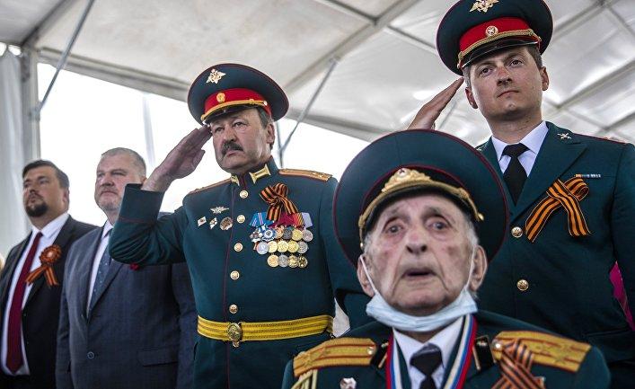 Ветеран ВОВ и военнослужащие на праздновании Дня Победы в Иерусалиме