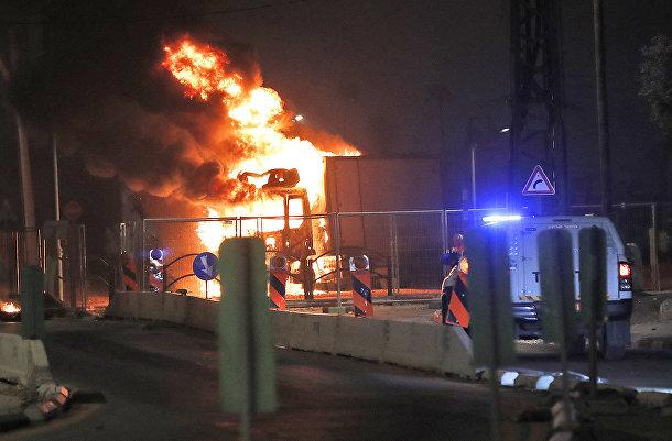 Грузовик горит в городе Лод, Израиль