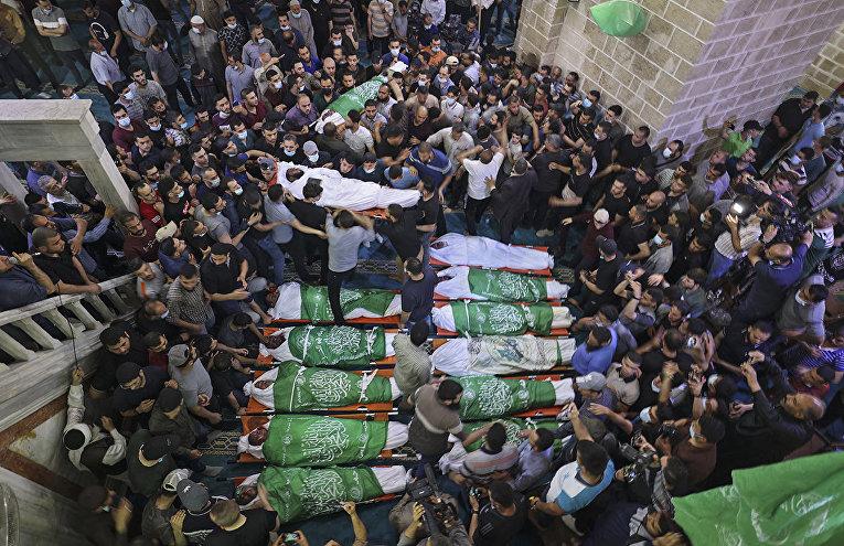Тела 13 убитых боевиков Хамас во время похоронной процессии в секторе Газа