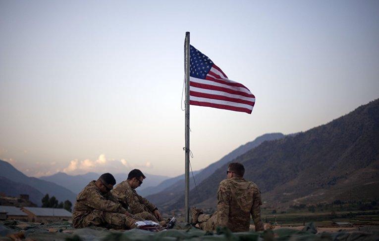 Американские солдаты с флагом в провинции Кунар, Афганистан