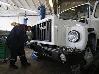 Рабочие собирают автомобиль ГАЗ-3309 в цехе сборки автомобилей ГАЗ-3309